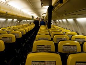 La tripulación y al final, aún la pareja dentro del avión, sin ayudas.