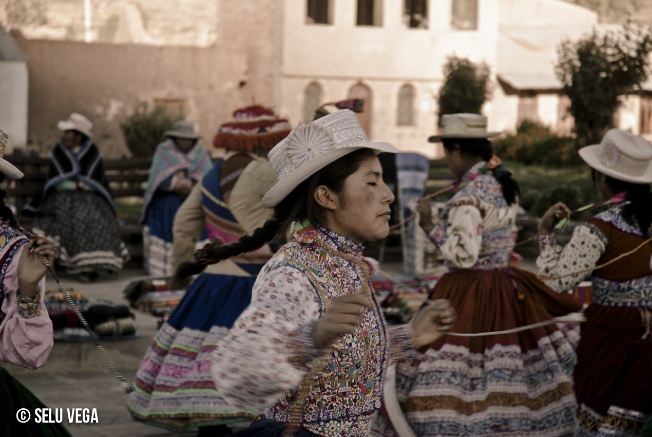 Baile tradicional de Perú en el camino al Valle del Colca